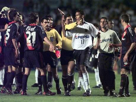 Em 2003, Roger Guerreiro chutou D'Alessandro por trás na cara do árbitro e foi expulso, tornando ainda mais difícil a missão do Corinthians, que acabou eliminado pelo River Plate