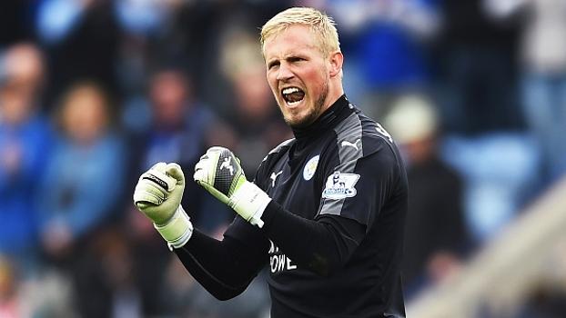 Filho de goleiro lendário, Schmeichel pega até pensamento em campanha do campeão Leicester