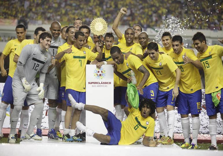A despedida de Mano Menezes da seleção foi com a vitória no Super Clássico das Américas em 2012