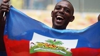 Torcedor do Haiti sorri durante partida