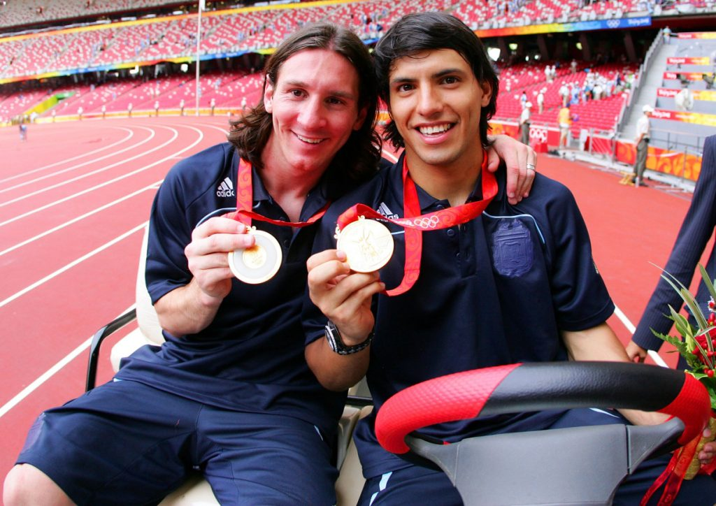 Lionel Messi exibe ao lado de Agüero a medalha de ouro olímpica, em 2008.