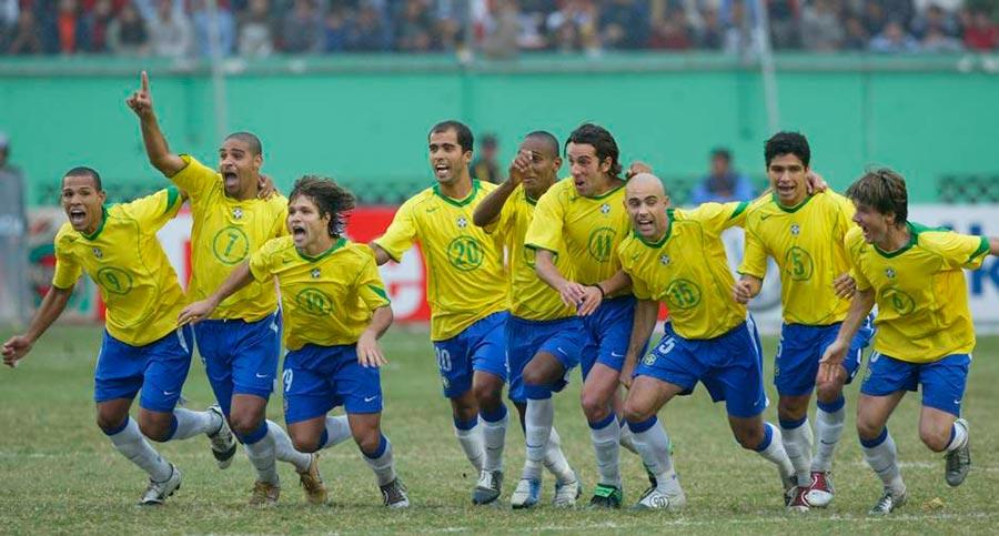 Hoje em dia não podemos nem pensar nisso, mas em 2004 a seleção conquistou a Copa América com jogadores que não estavam na primeira lista de convocação.