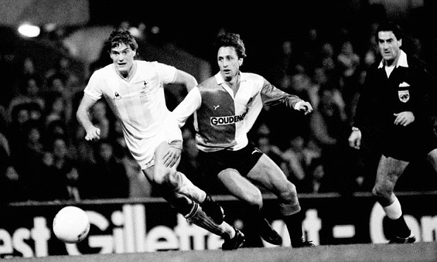Feyenoord's Johan Cruyff (centre) with Tottenham Hotspur's Glenn Hoddle (left) during their UEFA Cup 2nd round 1st leg match held at White Hart Lane, London on 19th October 1983.  Tottenham Hotspur won 4-2.    (Bob Thomas/Getty Images).