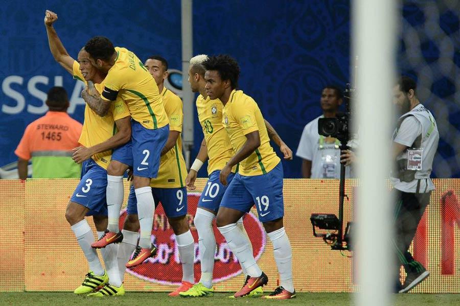 miranda-daniel-alves-gabriel-jesus-neymar-willian-selecao-brasileira