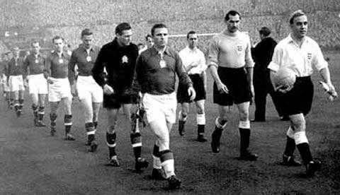 As equipes entrando em Wembley…