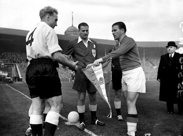 … E os capitães Billy Wright (Inglaterra) e Puskás (Hungria).