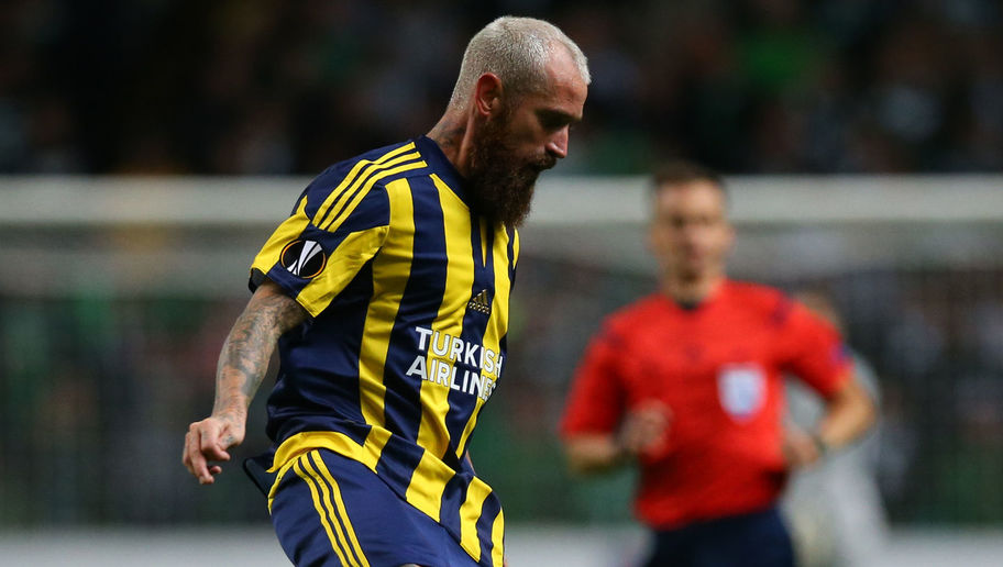 GLASGOW, SCOTLAND - OCTOBER 01:  Raul Meireles of Fenerbahe controls the ball during the UEFA Europa League match between Celtic FC and Fenerbahce SK at Celtic Park on October 01, 2015 in Glasgow, Scotland. (Photo by Ian MacNicol/Getty images)