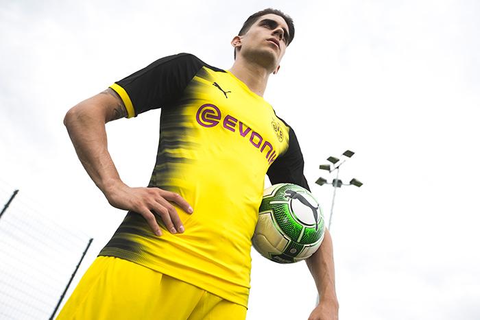 Marc Bartra veste a nova camisa do Borussia Dortund