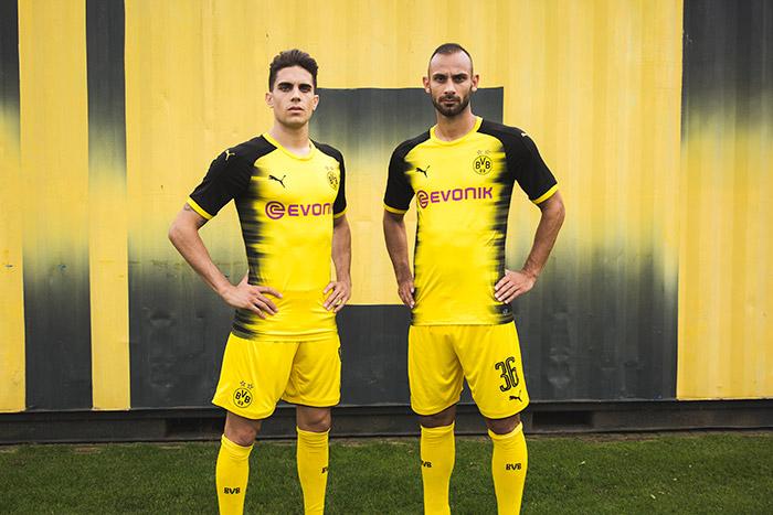 Marc Bartra e Toprak veste a nova camisa do Borussia Dortund