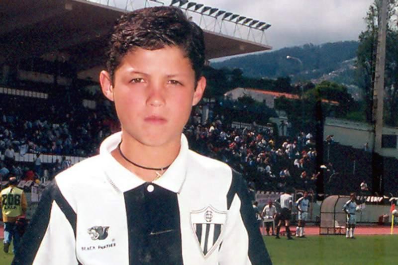 Cristiano Ronaldo quando criança jogando pelo Nacional