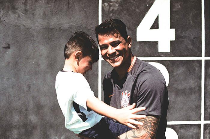 Torcedor e seu filho com a terceira camisa do Corinthians