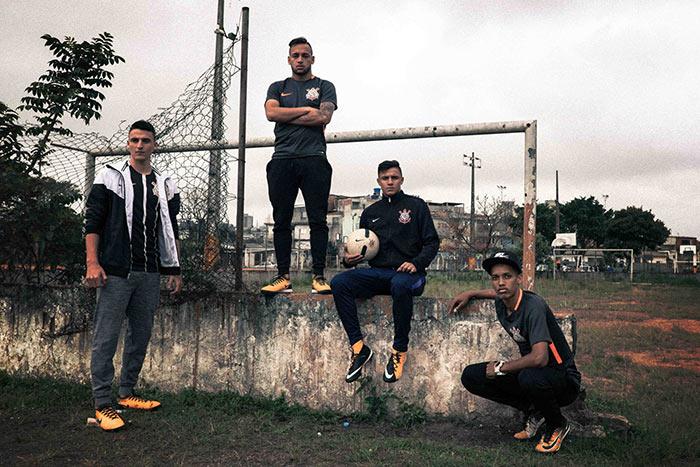 Torcedores com terceira camisa do Corinthians