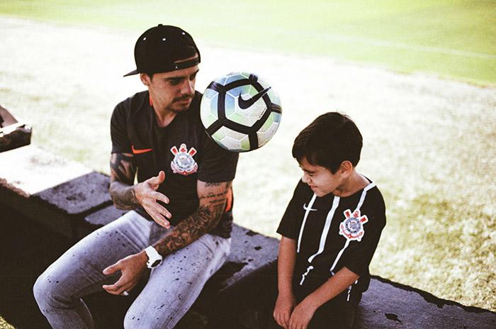 Fagner e seu filho com a terceira camisa do Corinthians