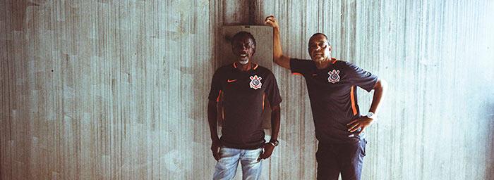 torcedores mais velhos com a terceira camisa do Corinthians