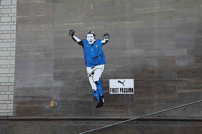 Mural em homenagem a Buffon com a nova camisa da Itália em Berlim