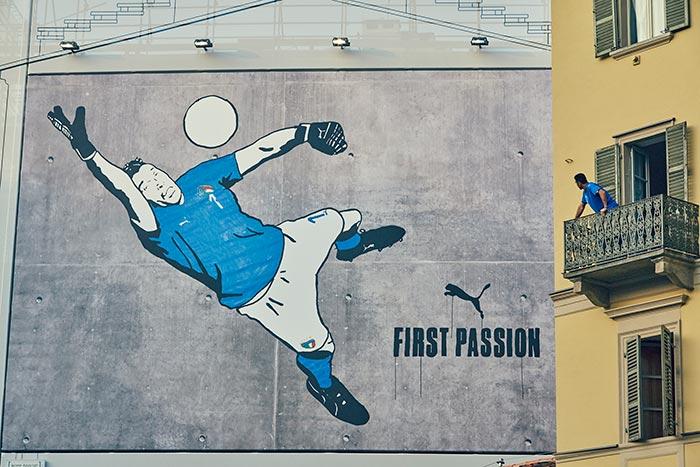 Mural em homenagem a Buffon com a nova camisa da Itália em Turim