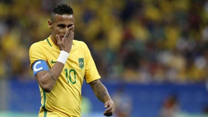 Neymar com braçadeira de capitão da Seleção Brasileira