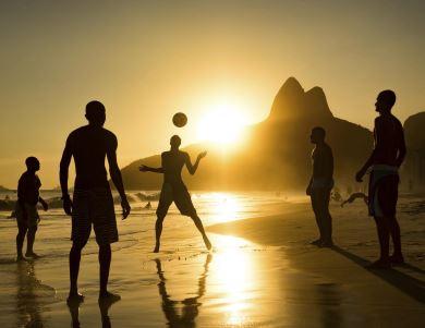 Amigos jogando futebol