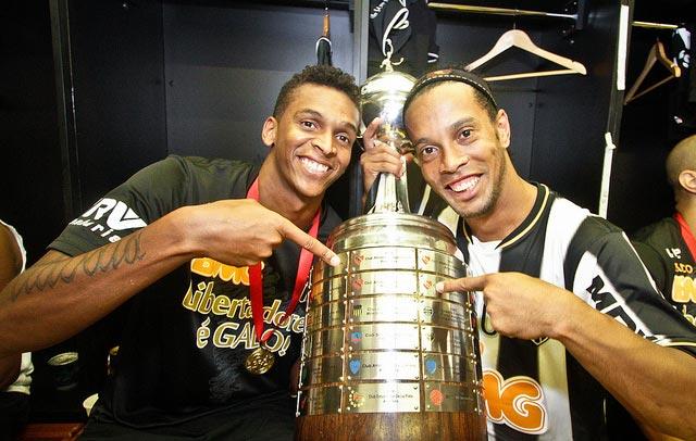 Ronaldinho gaúcho e Jô - Campeões da Libertadores