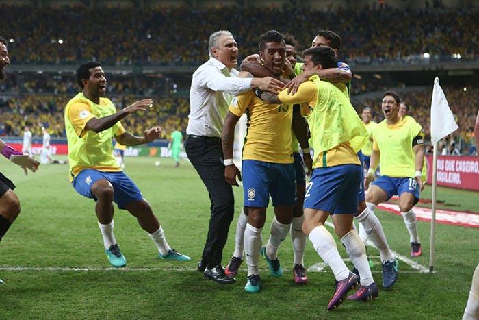 Tite comemorando gol com jogadores da seleção Brasileira